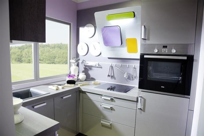 Некоторые кухни в светлых оттенках смотрятся оригинально и современно.