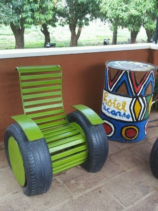 Большим подарком для домочадцев и гостей станет кресло из старой отработанной автомобильной покрышки.