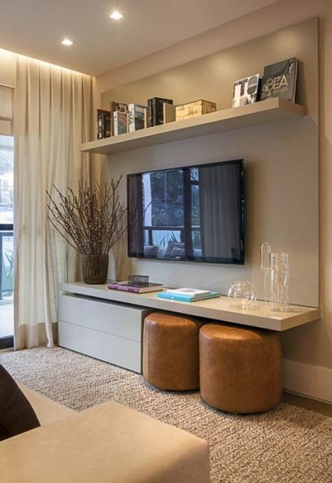 Зону для просмотра телевизора можно выделить, благодаря простой гипсокартонной конструкции, покрашенной в лёгкий серый оттенок.