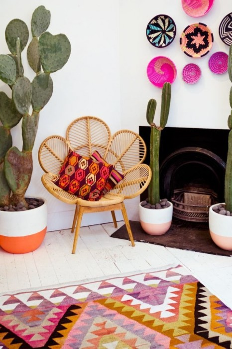 Яркие подушки, ковёр и необычная настенная посуда в интерьере гостиной комнаты в стиле фьюжн.