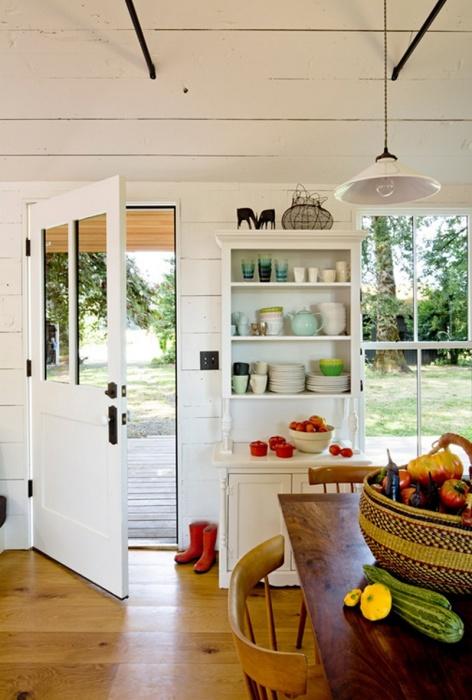 Посредством светлых цветов и оттенков в интерьере кухни можно зрительно расширить пространство.