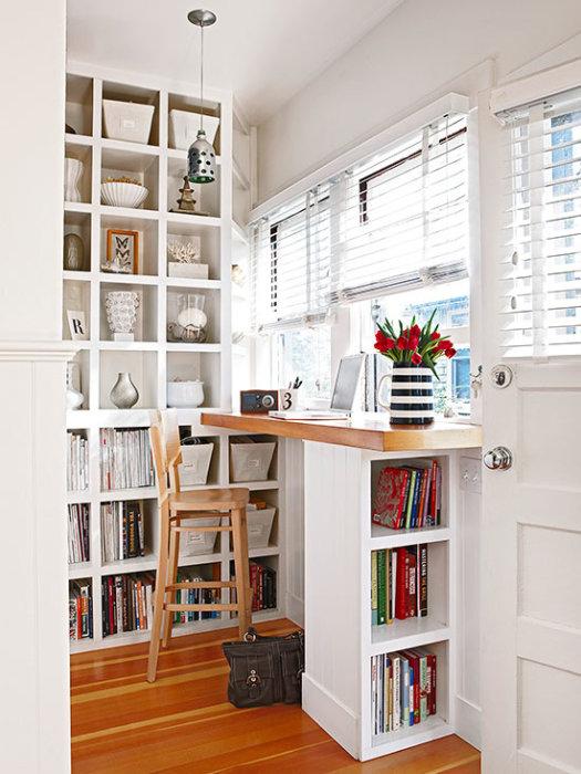 Стеллаж с книгами можно разместить в рабочей зоне, что существенно сэкономит пространство.