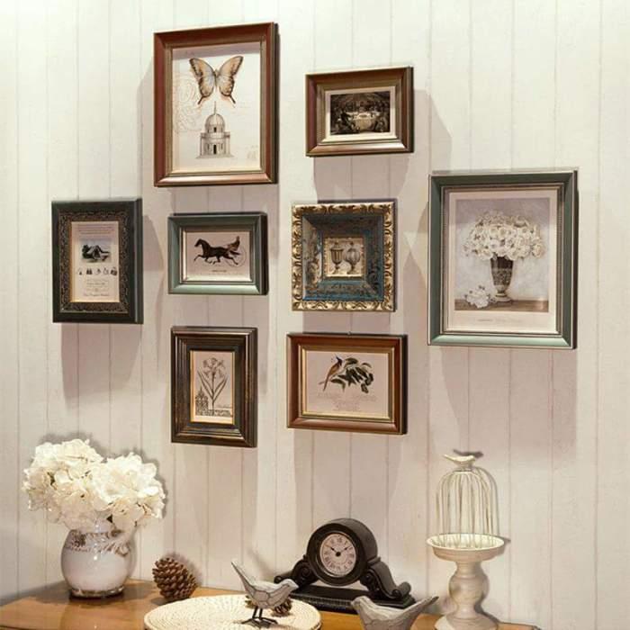 Настенная галерея отлично гармонирующая с интерьером гостиной комнаты.