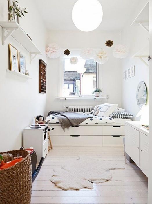Классический дизайн небольшой спальной комнаты с использованием светлых оттенков.