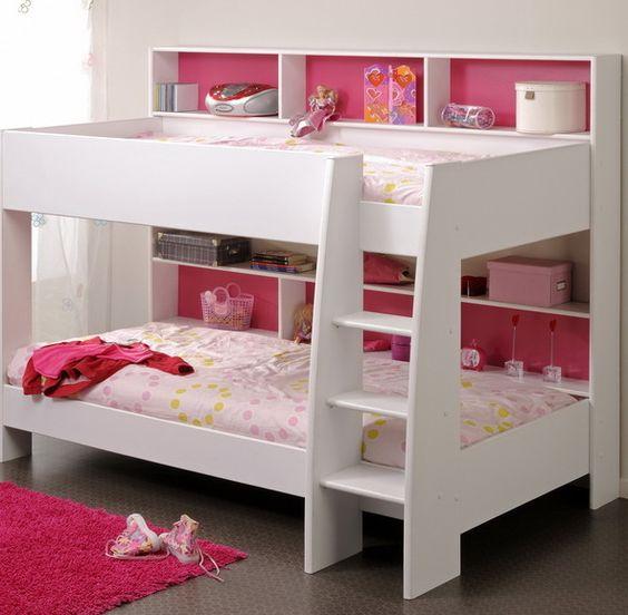 Классическая двухъярусная кровать в интерьере детской комнаты для девочек.