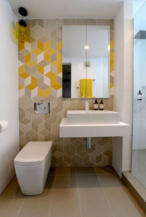 Яркая разноцветная плитка, которая не перегружает подчеркнутую простоту ванной комнаты.