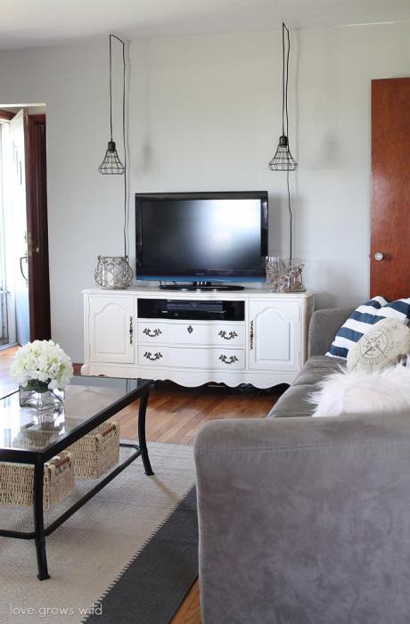 Оригинальные металлические кованые подвесные светильники в зоне для просмотра телевизора.