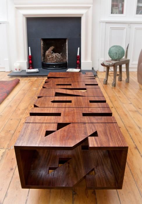 Оригинальный деревянный стол в форме названия коммерческой организации сразу же привлечет внимания гостей.