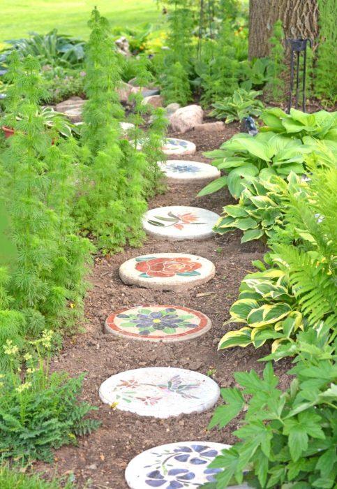 Очаровательная садовая дорожка из круглых бетонных плит правильной формы.
