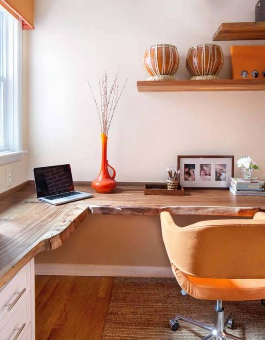 Стол из дорогой необработанной древесины будет гармонично смотреться в любом современном интерьере.
