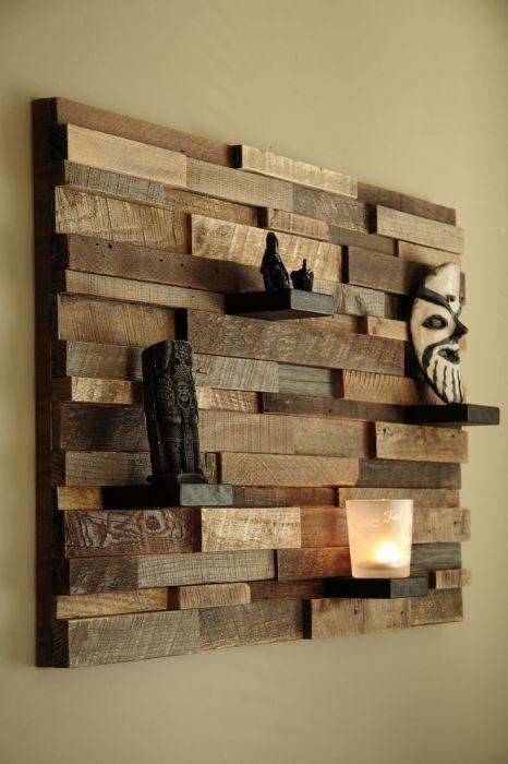 Интересная идея оформления стены - объемная картина из брусков и деревянных планок, на которой можно разместить множество декоративных элементов.