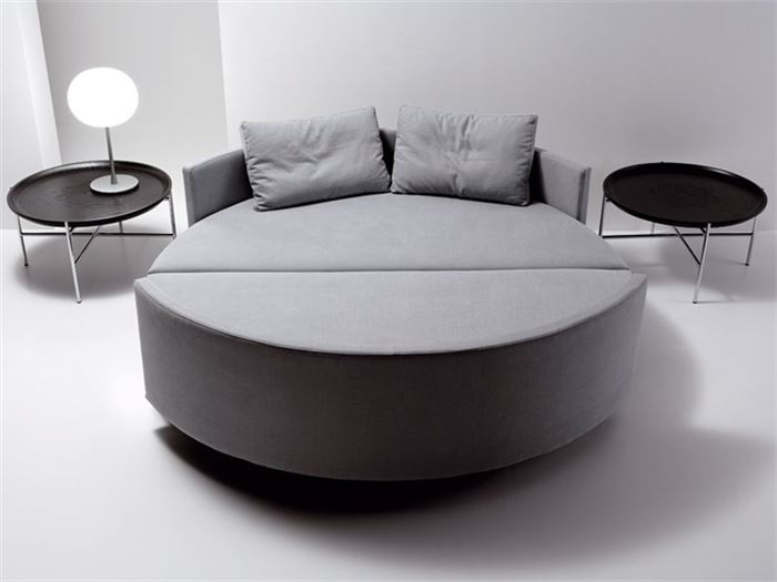 Сочетание дивана с кроватью - идеальный пример трансформирующейся мебели для современного домашнего интерьера.