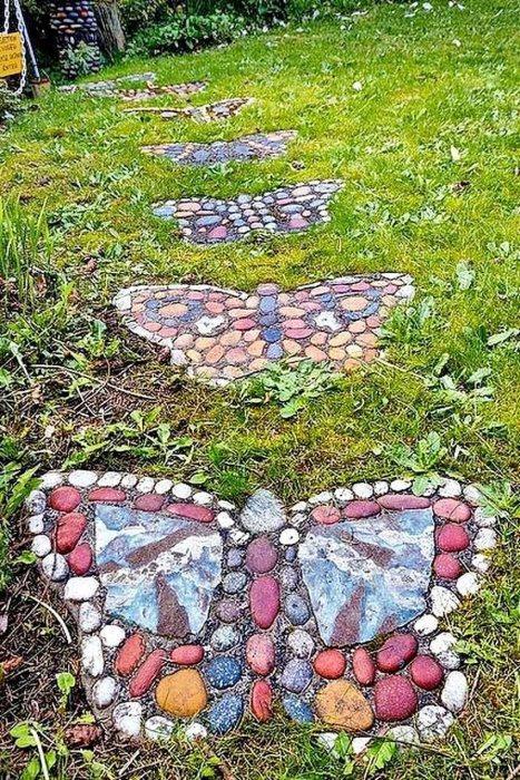 Садовая дорожка из искусственного камня в виде разноцветных бабочек.