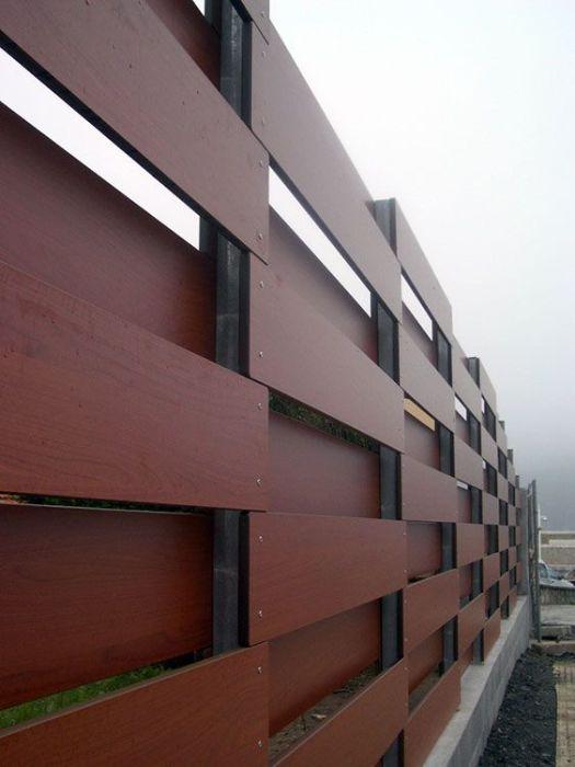 Забор из деревянных реек отлично подходит как для внешней ограды, так и для разграничения территории садового участка.