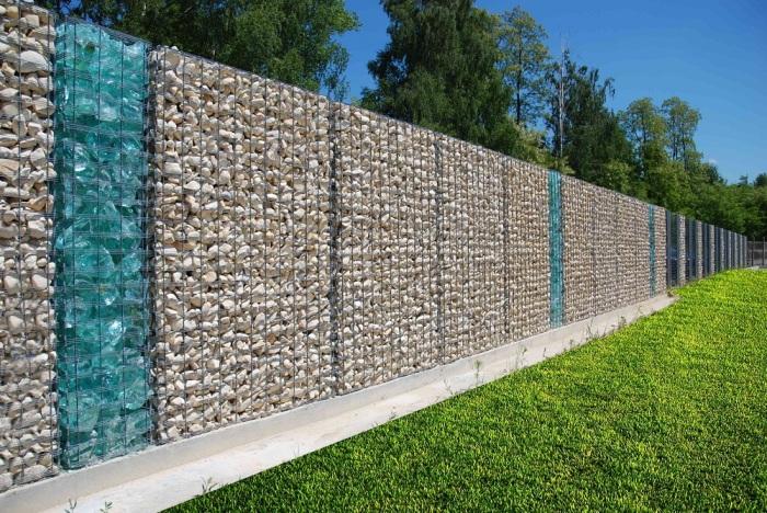 Сетчатую конструкцию можно наполнить не только камнями, но и декоративным сверхпрочным стеклом.