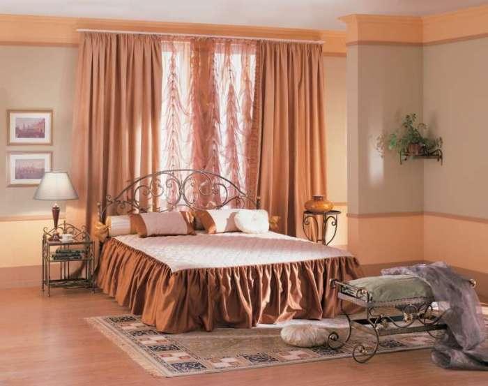 Художественная ковка в современном интерьере спальной комнаты.