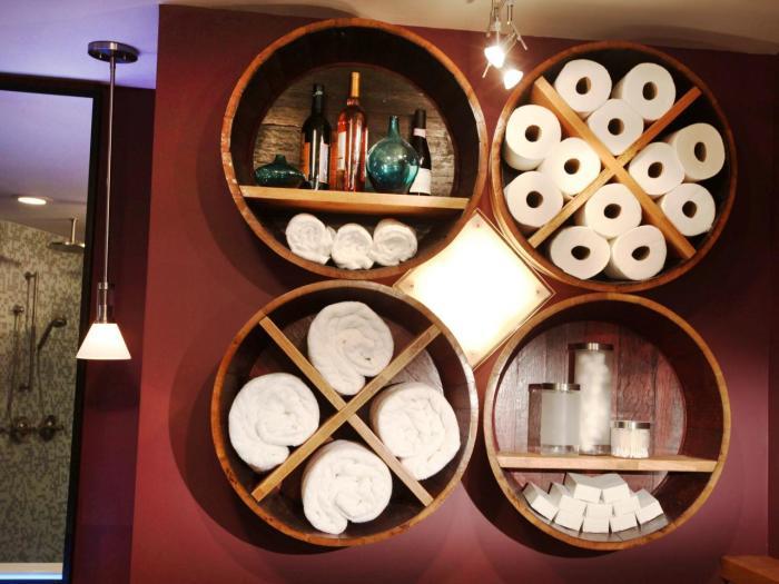 Необычная круглая полка, окантовка которой сделана из тонкой древесноволокнистой плиты, а сами полки внутри конструкции из обыкновенной деревянной доски.