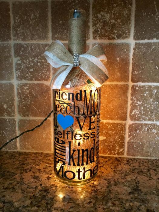 Изысканный светильник из стеклянной бутылки, который поможет оформить гостиную или кухню к предстоящему празднику.