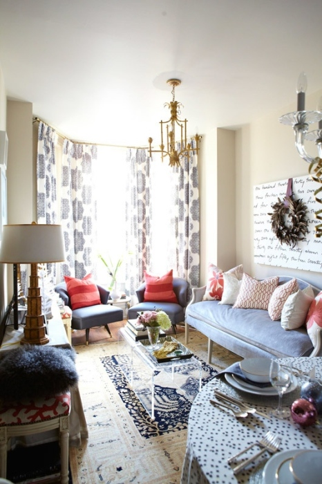 Небольшая гостиная комната в светлых тонах и с множеством декоративных элементов, которая выглядит идеально аккуратно.