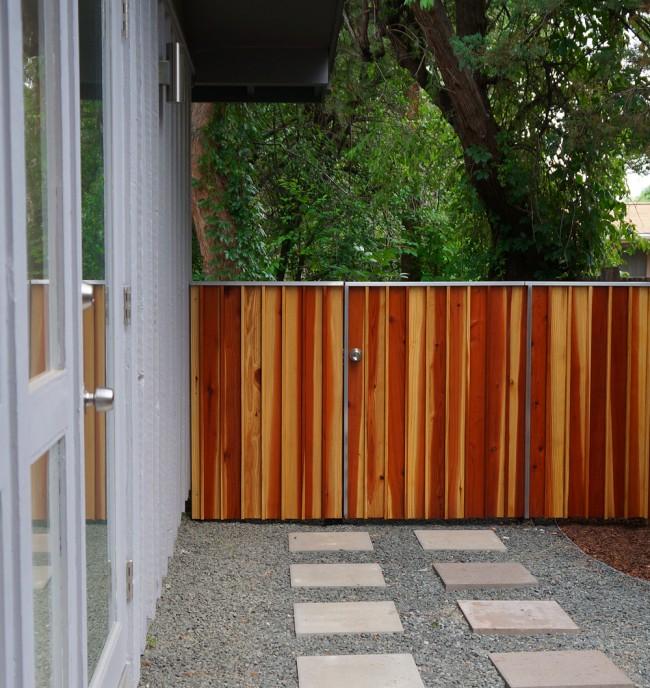 Оригинальная и достаточно надежная конструкция деревянного панельного забора.