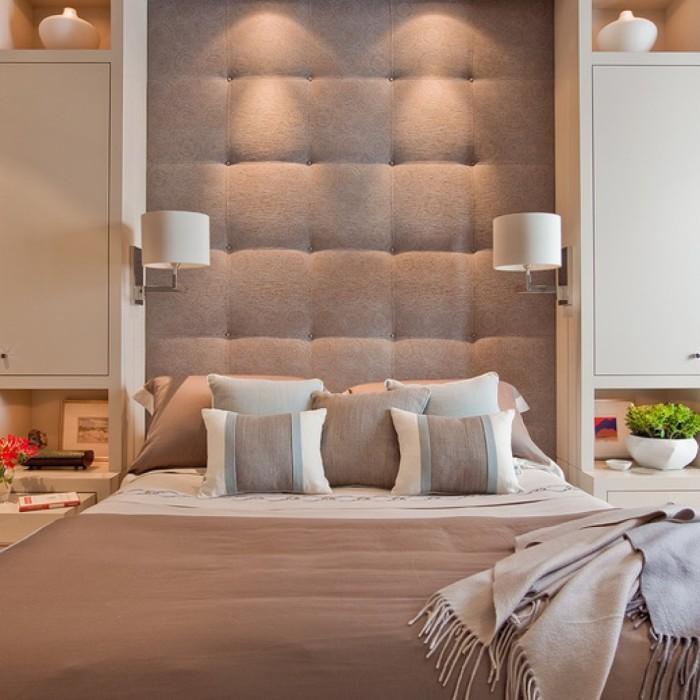 В классическом интерьере спальни органично будут смотреться мягкое изголовье из простых традиционных форм и размеров.