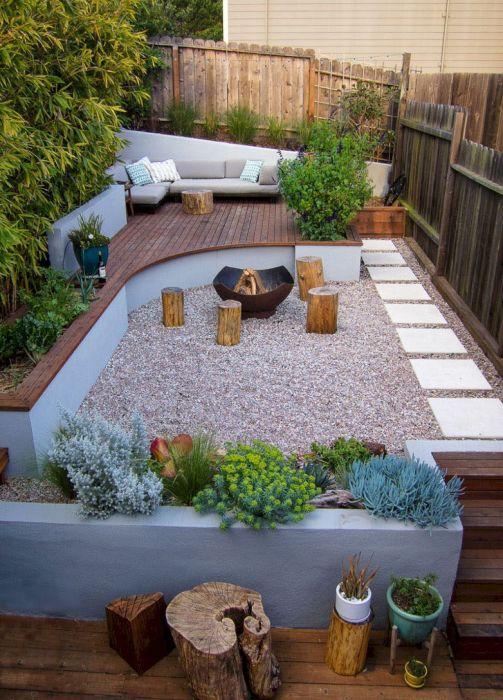 Площадка для отдыха, расположенная в глубине дачного участка, может стать чудесным местом для уединенного отдыха.