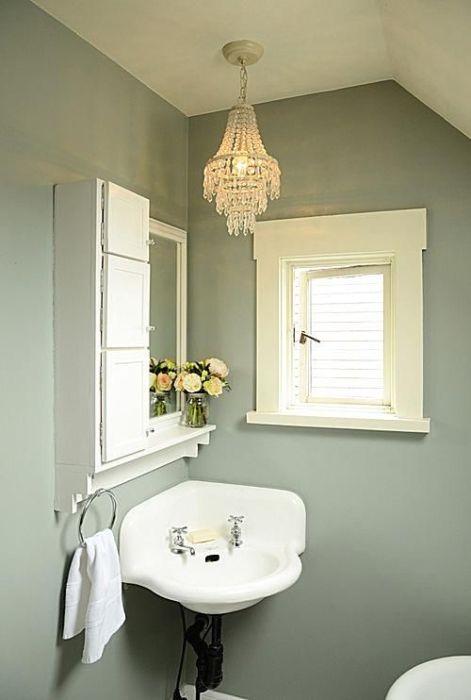 В маленьком помещении ванной комнаты желательно использовать небольшие полки и шкафчики.