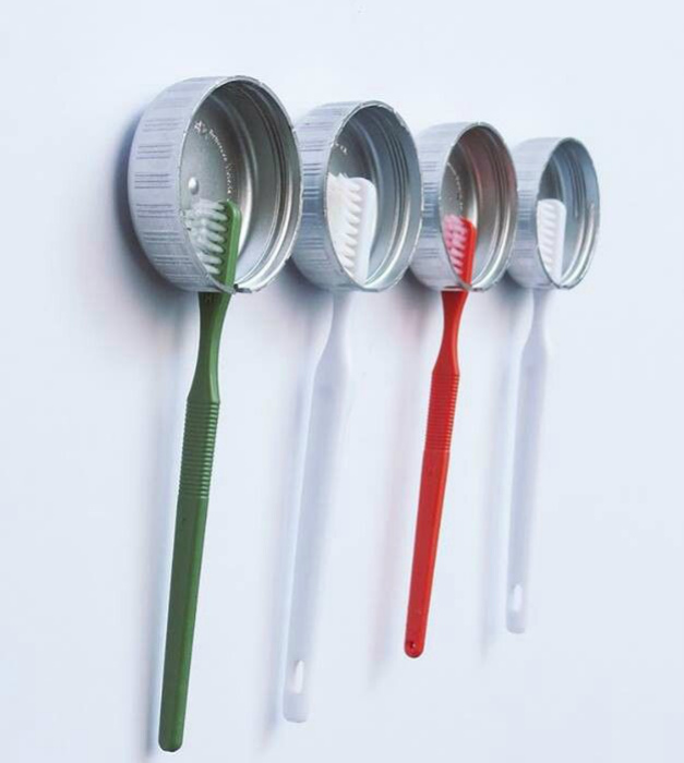 Из алюминиевых крышечек можно сделать индивидуальные дизайнерские держатели для зубных щёток.