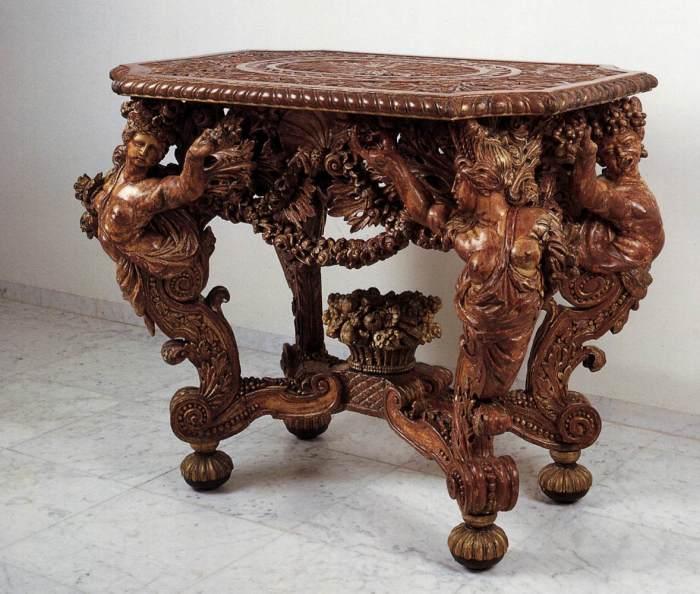 Элитный резной журнальный столик из дерева, который напоминает музейный экспонат.