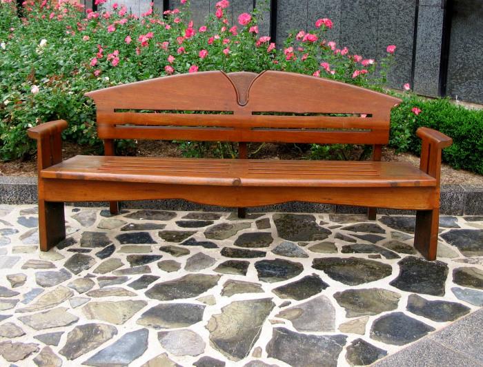 Деревянная скамейка станет отличным украшением для дачного участка.