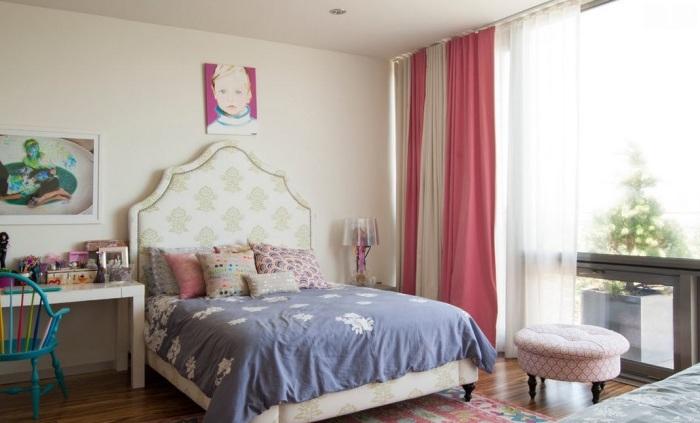 Насыщенные цвета и деревянный паркет дополняют стены и аксессуары в комнате.