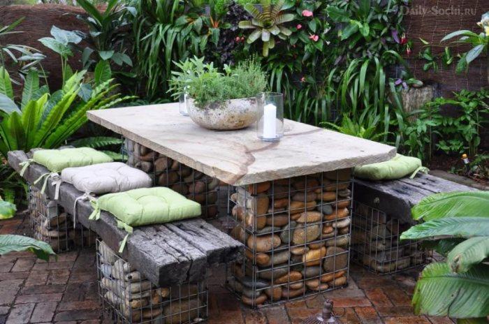 Оригинальная дачная мебель из металлических сетчатых изделий, которые широко применяются в строительстве.