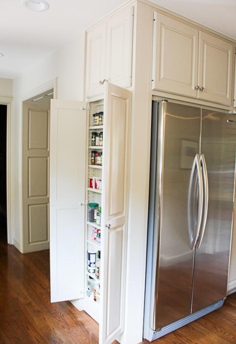 Ещё один классический вариант встроенного холодильника, который придётся по вкусу даже профессионалам.