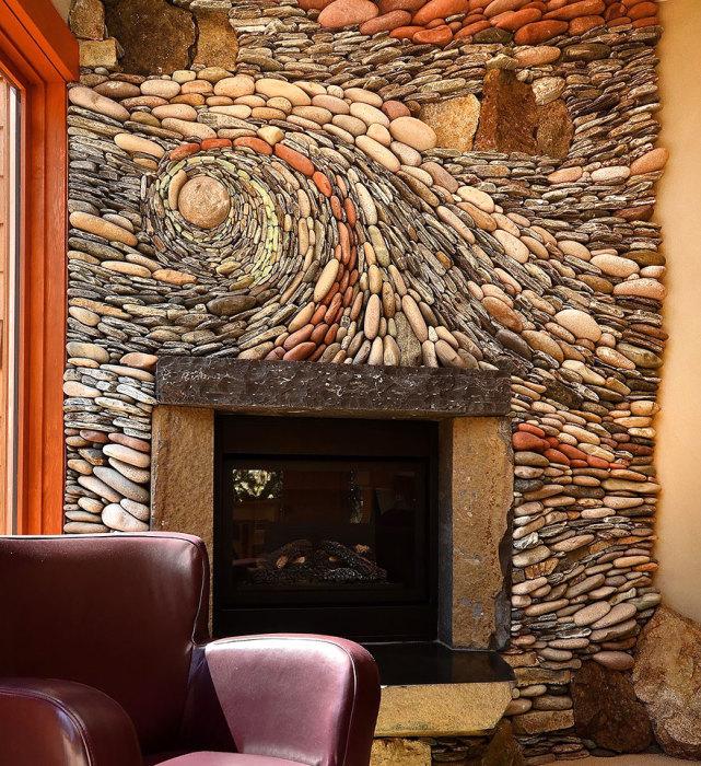 Стильный интерьер гостиной комнаты, одну из стен которой украшает колоритная и строгая мозаичный композиция.