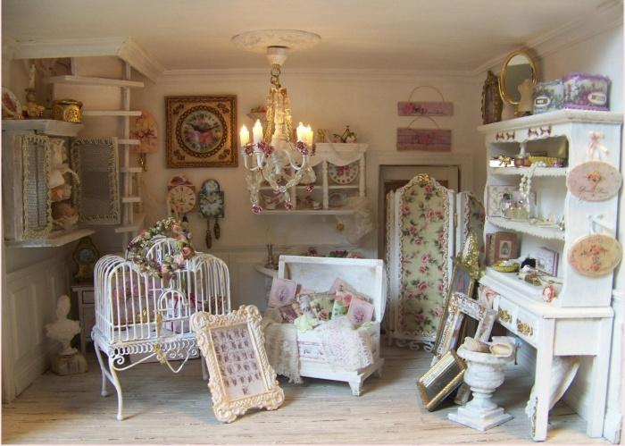 Интерьер детской комнаты в стиле шебби-шик с множеством мелких деталей.