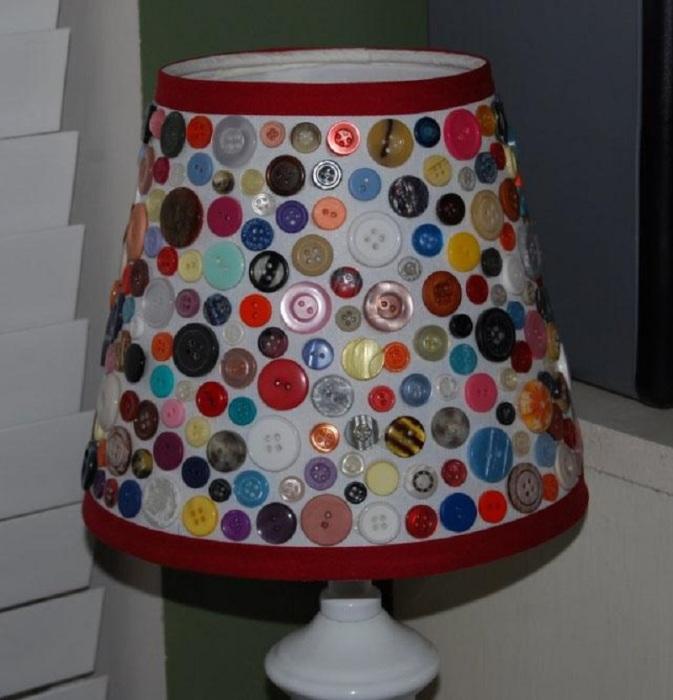 Сказочный светильник, украшенный разноцветными пуговицами разной формы.