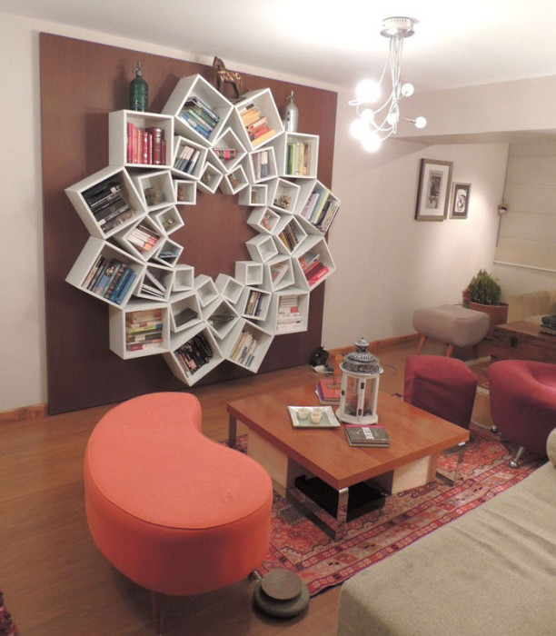 Полки для книг совмещенные на стене в одну композицию.