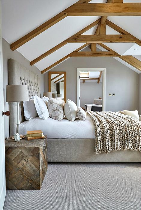 Оригинальная деревянная тумба, стилизованная под старинный сундук, отлично впишется в светлый интерьер спальной комнаты.