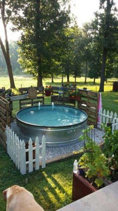 Небольшой бассейн, оборудованный в большом алюминиевом тазу, станет роскошным и недорогим украшением загородного участка.