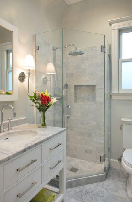 Маленькая ванная комната, которая оборудована душевой кабинкой, системами хранения и аксессуарами.