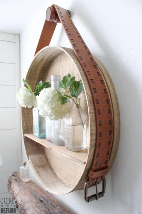 Стильная круглая полочка, окантовка которой сделана из тонких древесноволокнистых плит, а сама полка из обыкновенной деревянной рейки.