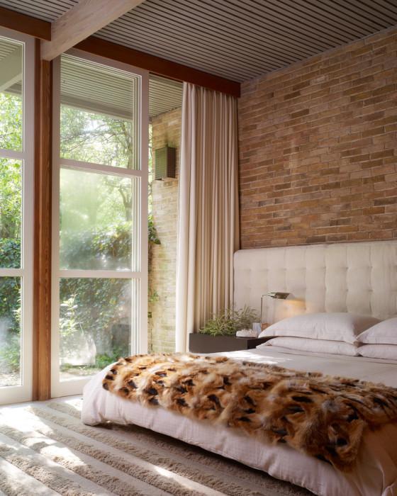 Классический стиль в оформлении интерьера спальной комнаты в сочетании с кирпичной кладкой будет выглядеть благородно и свежо.