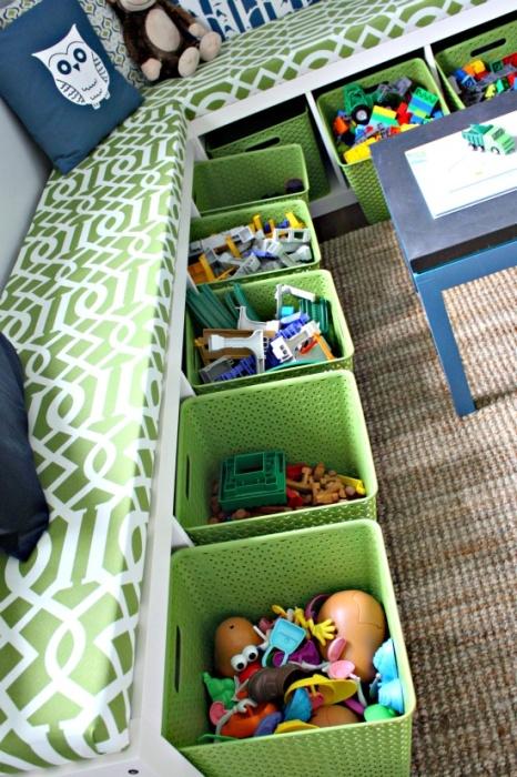 Игрушки удобно хранить в разноцветных подписанных контейнерах и коробках на открытых стеллажах.