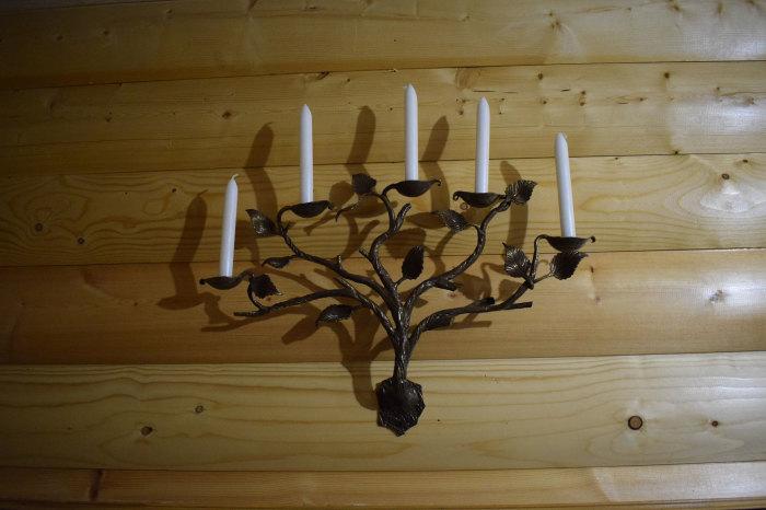 Кованый подсвечник для нескольких свечей, выполненный в флористических мотивах.