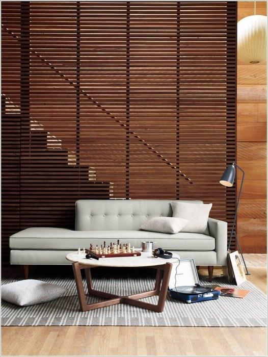 Деревянная перегородка, которая разделяет лестницу на второй этаж и гостиную комнату.
