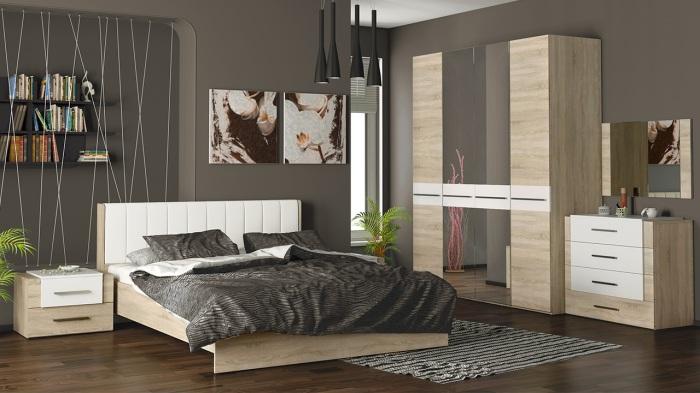 Вместительный шифоньер из светлой породы древесины с двумя зеркалами.