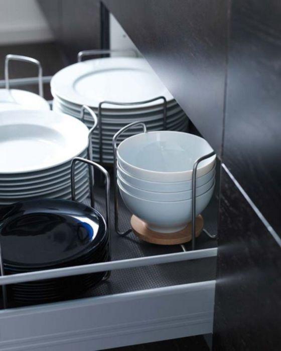 Специальные металлические конструкции, которые созданы специально для хранения мелкой посуды.