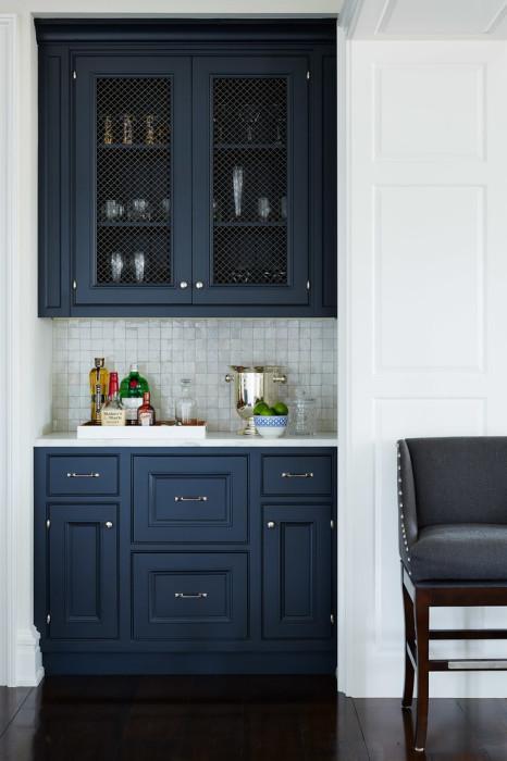 Тёмно-синий оттенок кухонной гарнитуры можно использовать в качестве цветового акцента.