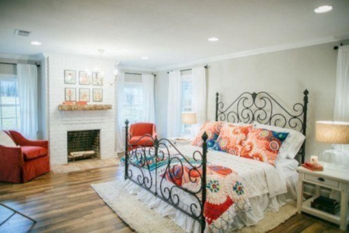 В зависимости от стиля дизайна спальной комнаты, камин облицовывают камнем или мрамором.