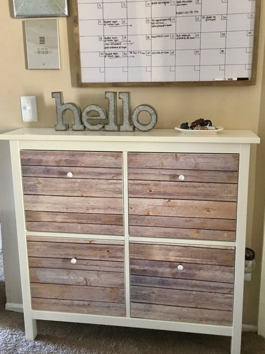 Отреставрированный старый деревянный шкаф, который во многом задает атмосферу помещения.